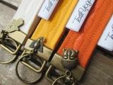 Schlüsselband bestickt mit Charm-Anhänger (Ocker)